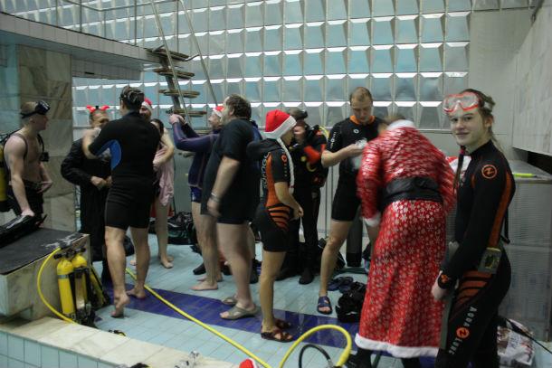 Приготовление к подводному празднованию начались с подготовки электрооборудования, чтобы под водой зажглась елка Фото предоставлено Владимиром Костицыным