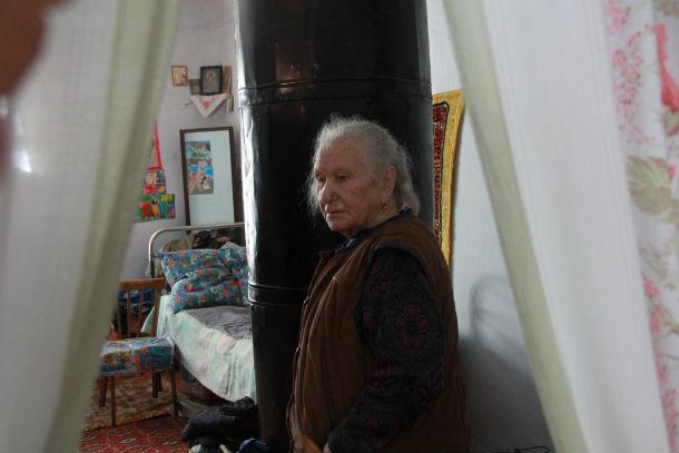 Дому. в котором живет Мария Егоровна, уже 102 года. Женщина переживает, что кто-нибудь посчитает ее пристанище нежилым и подожжет Фото Анны Неволиной