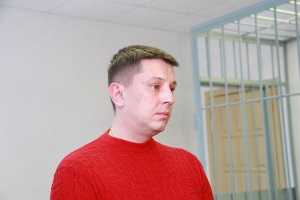 Сарафанов в зале суда ведет себя спокойно, время от времени изучает свой маникюр Фото Анны Неволиной