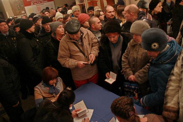 Регистарция участников публичных слушаний за час до мероприятия  превратилась в банальную давку Фото Анны Неволиной