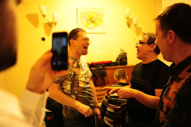 """Дмитрий Жильцов, лидер группы """"Запасной выход"""", и Евгений Шашков, вокалист из Ревды: """"Ну что, кто кого?"""" Фото Владимира Коцюбы-Белых"""