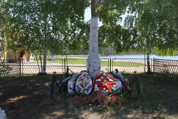 Мариинск.Памятники,находящиеся рядом с храмом,всегда в порядке. Фото Анны Неволиной