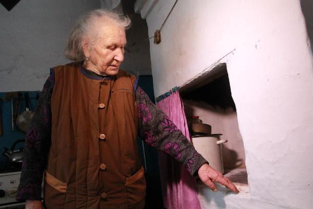 В доме есть электрическая плитка, но женщина предпочитает готовить по старинке — в печке Фото Анны Неволиной