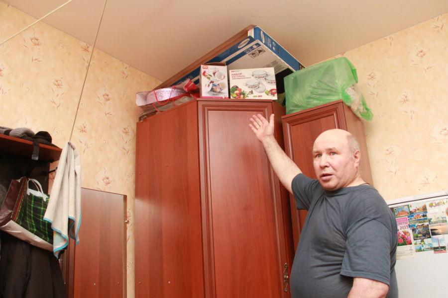 В углу на шкафах у супругов уже немного собраны коробки с вещами.