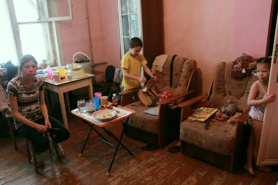 """Екатерина Жихарева:""""Наш дом должны были сносить еще в 2002 году. На дворе уже 2015, не знаю, что дальше будет, живем, ждем""""."""