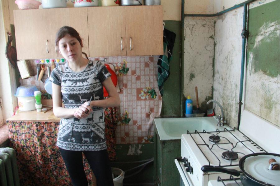 Крыша в доме постоянно протекает, стены на кухне шатаются, трубы, конечно, старые уже. На кухне, в туалете — все ржавое.