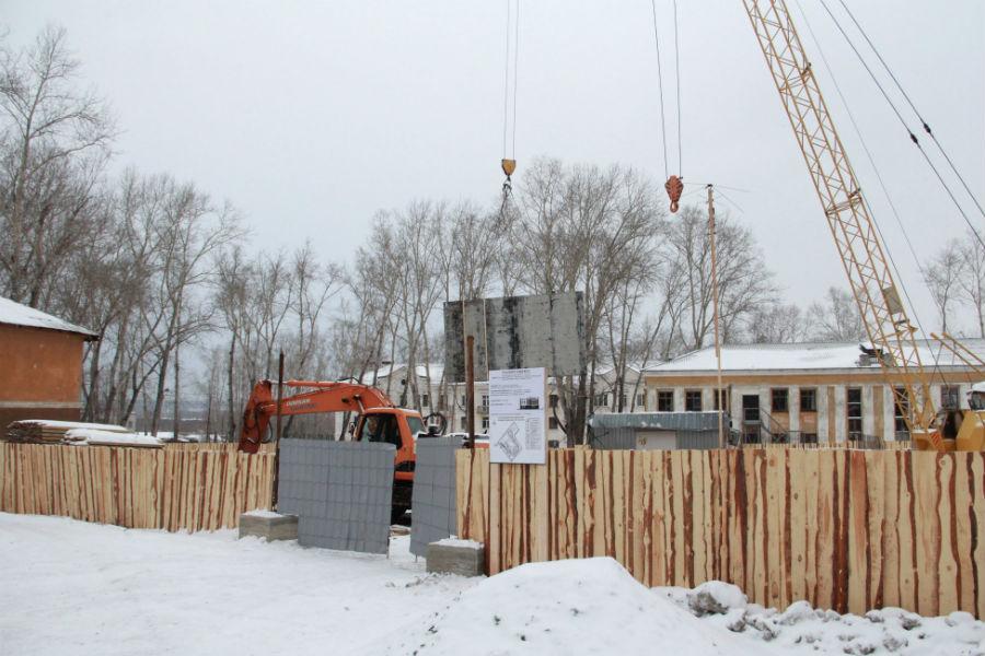 Стройка нового трехэтажного дома на Динасе активно ведется уже с десятого декабря прошлого года. Окончание работ запланировано на 31 июня 2015 года.