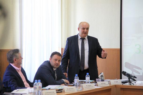 Николай Козлов выступает перед депутатами Фото Анны Неволиной