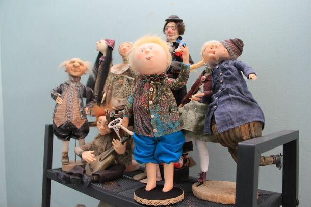 Мальчик с сачком — последняя кукла, сделанная Евгенией. У малыша еще даже нет имени Фото Анны Неволиной