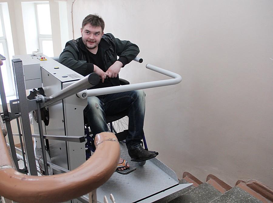На втором этаже поликлиники, где находится травмпункт, пациент благополучно выходит. Фото Анны Неволиной
