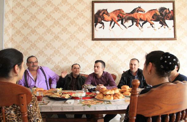Цыгане славятся своим гостеприимством — главное, чаем напоить Фото Анны Неволиной