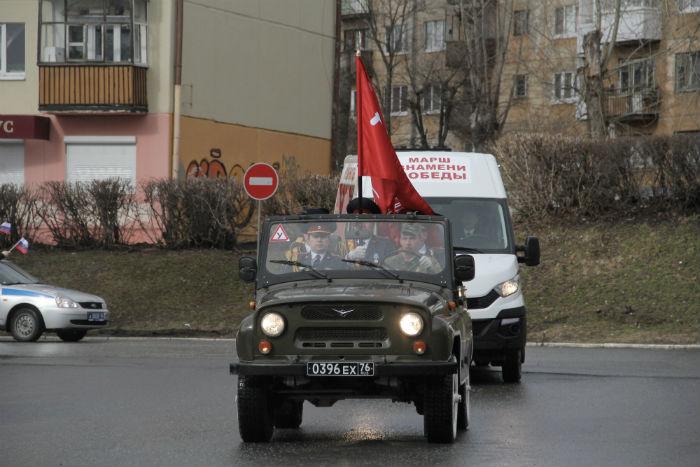 Знамя Победы провезли на «УАЗе» по городу к Дворцу культуры.
