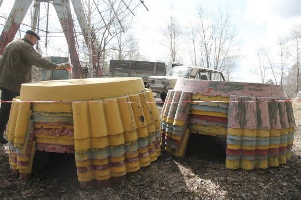 Срезанные люльки складируют возле колеса обозрения Фото Анны Неволиной