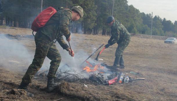 Для тушения небольших пожаров лесники используют 20-ти литровые ранцы с ручными помпами. Фото из архива редакции