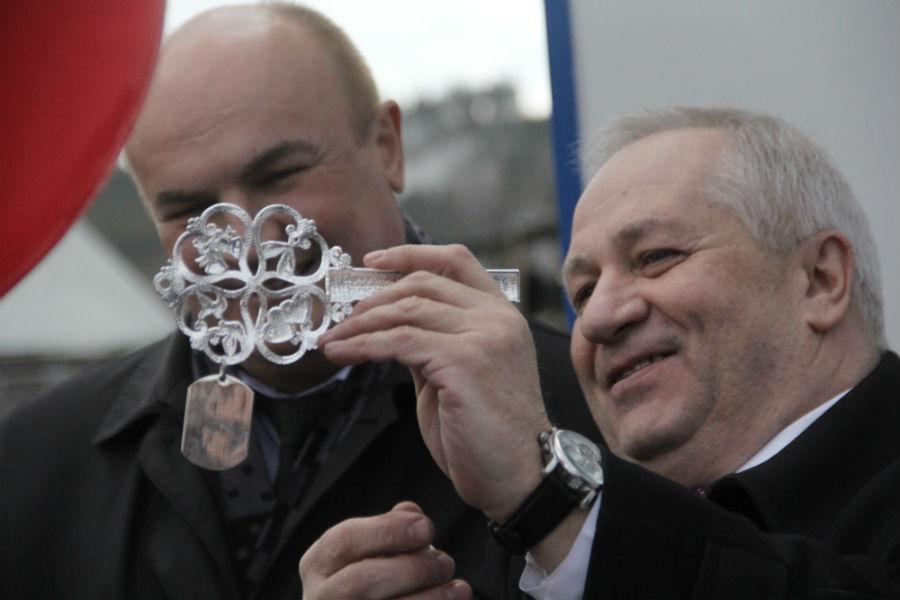 Николай Козлов и Николай Шайдуров любуются символическим ключом от ФАП в Старых Решетах Фото Анны Неволиной