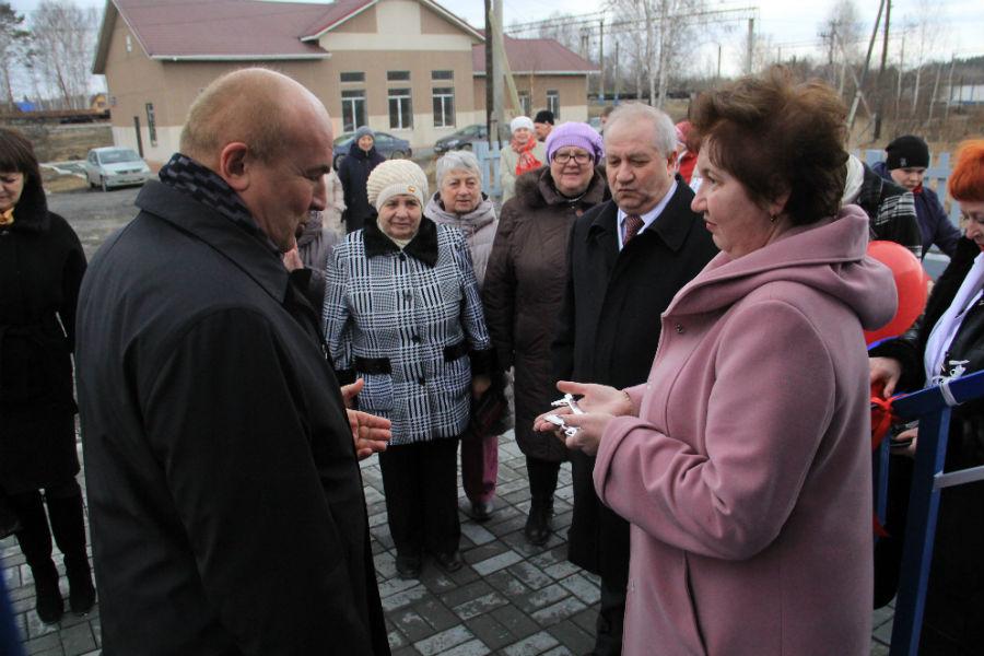 Николай Козлов вручает ключ от медпункта фельдшеру Светлане Некрасовой Фото Анны Неволиной