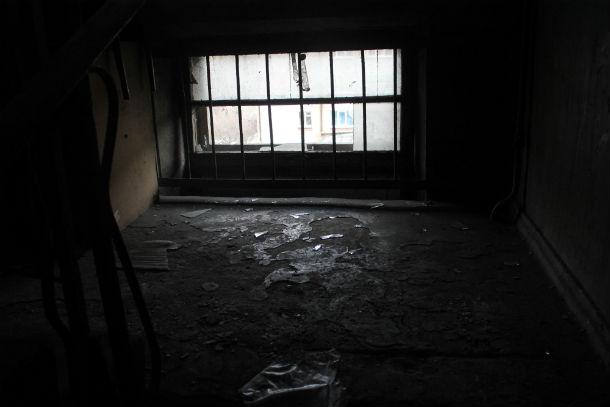 Сегодня общежитие внутри полностью покрыто копотью. А ведь буквально недавно здесь был сделан ремонт.Фото Анны Неволиной