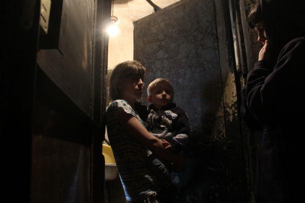 Соседи Ольга Балуева с сыном Алешей и Алена Габдулина до сих пор в шоке от пережитого сегодня ночью ужаса. Фото Анны Неволиной
