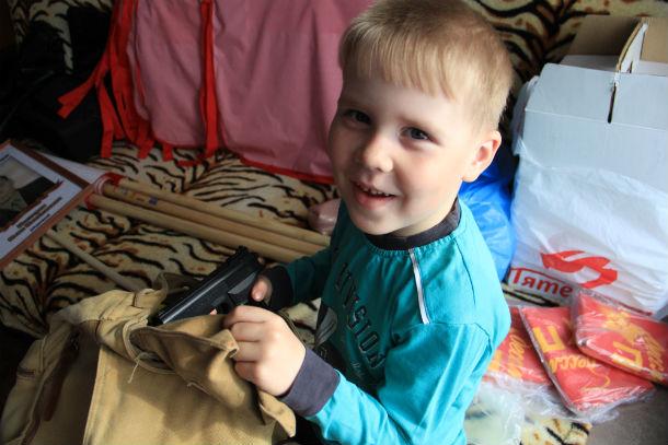 Никита Глушков уверен, что маме понадобится пистолет Фото Светланы Колесниковой