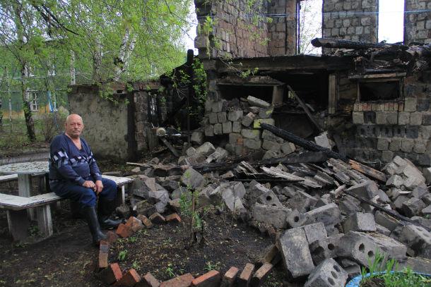Вячеслав Мезенин говорит, что сам бы смог решить вопрос со стайками — техника имеется и для того, чтобы снести, и для того, чтобы вывезти каменные глыбы. Но опасается, что за порчу муниципального имущества его же и сделают виноватым Фото Анны Неволиной