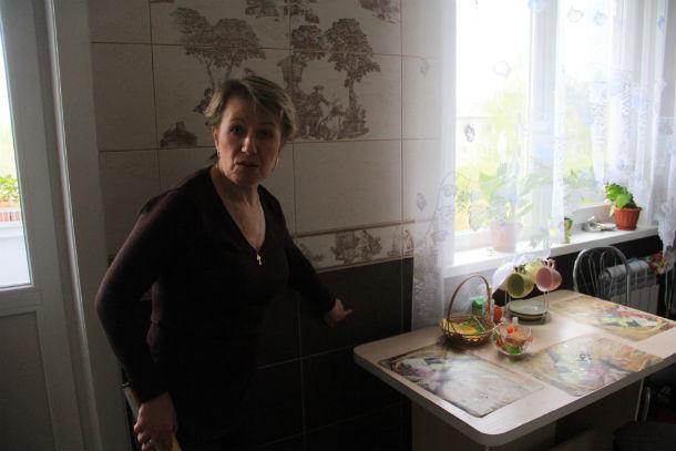 Светлана Чикмарева продолжает вкладываться в вой недавний ремонт. Каждый вызов специалиста по натяжным потолкам обходится ей в 3000 рублей Фото Анны Неволиной