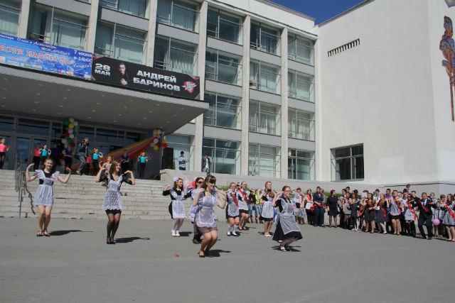 Сразу две школы в этом году устроили флешмоб Фото Ольги Хмелевой