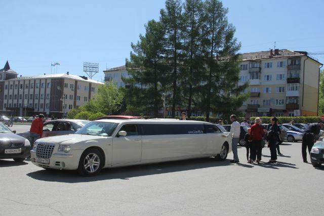 На лимузине выпускники отправились в Екатеринбург Фото Ольги Хмелевой