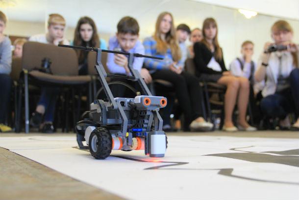 Одним из этапов турнира по робототехнике было прохождение трассы. Зрители с увлечением следили за тем, как робот проходит препятствия Фото Анны Неволиной