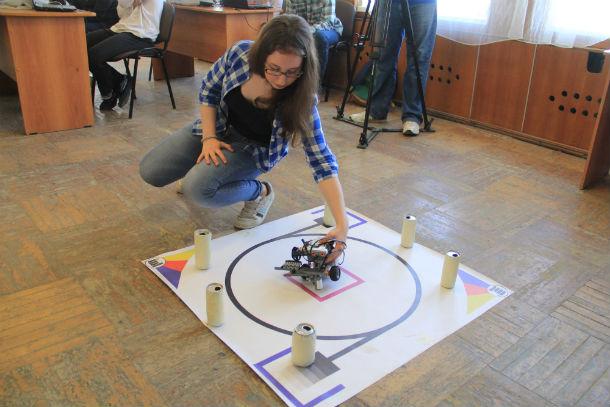 Анна Боронина — ученица 8ФМ класса подготавливает робота ко второму этапу соревнований Фото Анны Неволиной