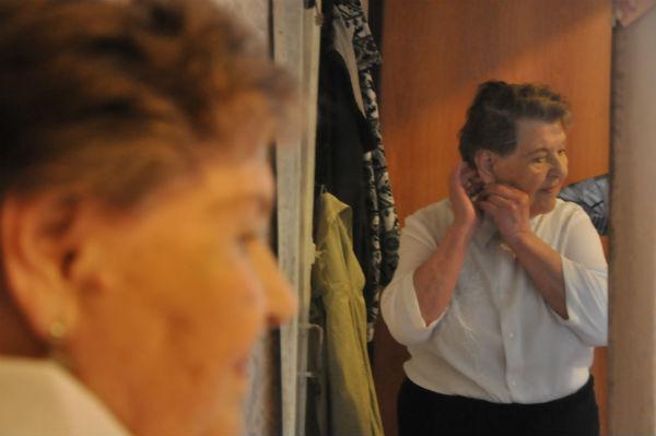 Нина Алексеева прихорашивается  Фото Анны Неволиной