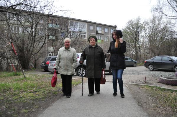 Медленным осторожным шагом Нина Алексеевна с дочкой Людмилой и правнучкой Анной направилась на праздничное шествие. Фото Анны Неволиной