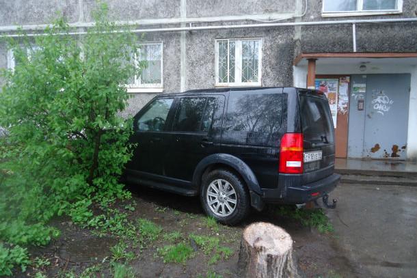 """Полисадник — самое место для большого черного Land Rover. Фото сделано летом этого года, когда """"Городские вести"""" разрабатывали тему автохамов. Фото Андрея Попкова"""