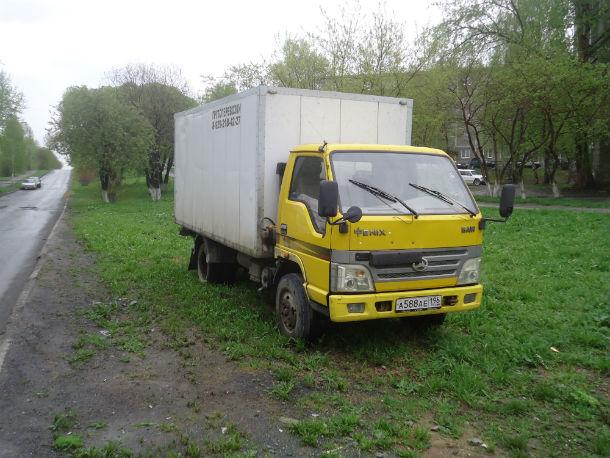 Вы хотели ухоженную аллею? Вот вам желтый грузовик! Фото Андрея Попкова
