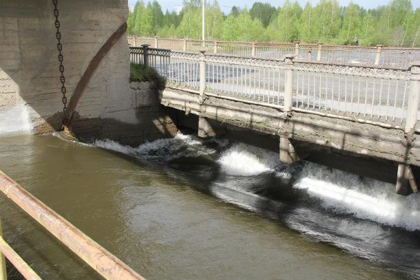 Плотина на Сажинском мосту — уровень Чусовой заметно снизился. Фото Анны Неволиной