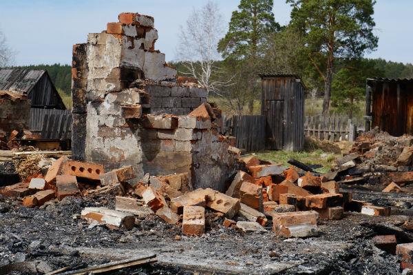 Две комнаты, кухня — все превращено в пепел. На месте жилого дома стоит одна печь. Фото Анны Неволиной