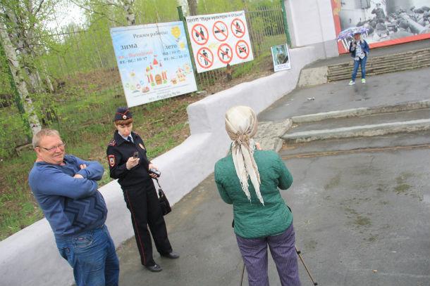 За пикетом общественницы наблюдали  сотрудник полиции Лилия Нурисламова и  инженер парка Евгений Быков. Фото Анны Неволиной