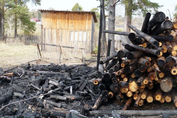 Пожар задел и соседний дом Фото Анны Неволиной