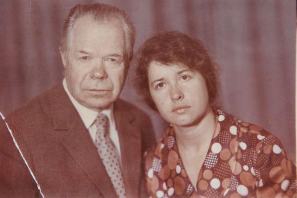 Иван Гусев с дочерью Розой, 1975 год