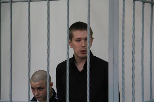 Петр Доможиров (слева) и Александр Сальников уверяли суд, что пяти месяцев в СИЗО им достаточно, чтобы осознать свою вину и потому в лагерь, где «бьют очень», их отравлять не надо. Фото Анны Неволиной