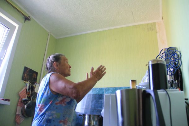 Уже второй год одна сторона квартиры Альфизы Яхиной размокает после каждого дождя — на кухне и в ванной комнате появляются подтеки, которые размывают штукатурку, отслаиваются обои. Фото Анны Неволиной