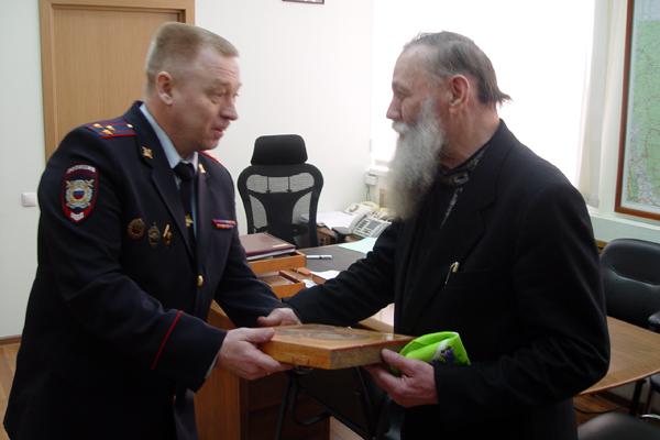 Олег Грехов (слева) Фото с официального сайта ГУВД Сверловской области