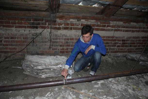 На чердаке старые трубы отопления уже демонтировали. И даже привезли новые Фото Ольги Хмелевой
