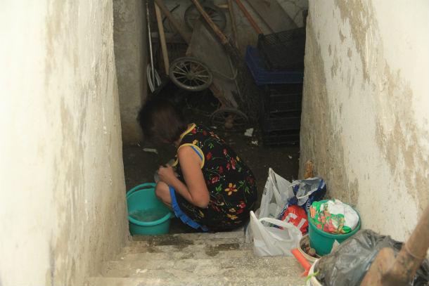 Теперь вода в подвалах во благо — ее черпают, чтобы смывать в туалете Фото Анны Неволиной