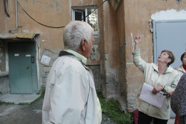 Жительница дома № 33 по улице Ватутитна Татьяна Тарасова утверждает, что дом капитально не ремонтировался 60 лет. Сейчас, когда время ремонта подошло, жителей не устраивает, что не будут чинить самое проблемное место в доме — крышу.Фото Анны Неволиной