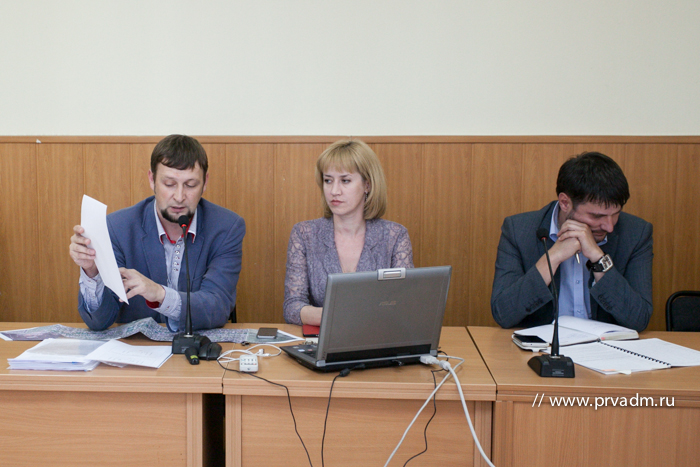 Константин Гартман, Татьяна Максименко и Артур Гузаиров (слева направо) на собрании с жителями  Фото с официального сайта администрации