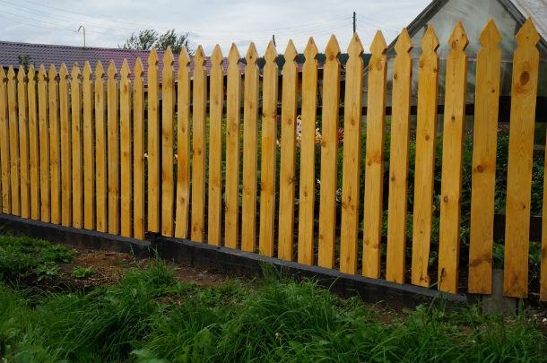 На Самстрое мы нашли забор, который можно использовать в качестве примера: бетонное основание в качестве крайней стенки водоотводного желоба Фото Светланы Колесниковой