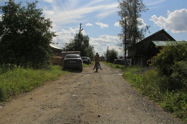 Так выглядит улица Толмачева сейчас. По дороге беззаботно катаются дети и редкая машина проедет здесь в течение дня. Фото Анны Неволиной
