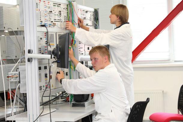 По окончании обучения каждый из студентов сможет полноценно работать на современном металлургическом оборудовании. Фото пресс-службы ПНТЗ