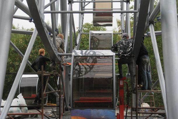 Монтаж нового колеса обозрения в первоуральском парке культуры и отдыха Фото Анны Неволиной