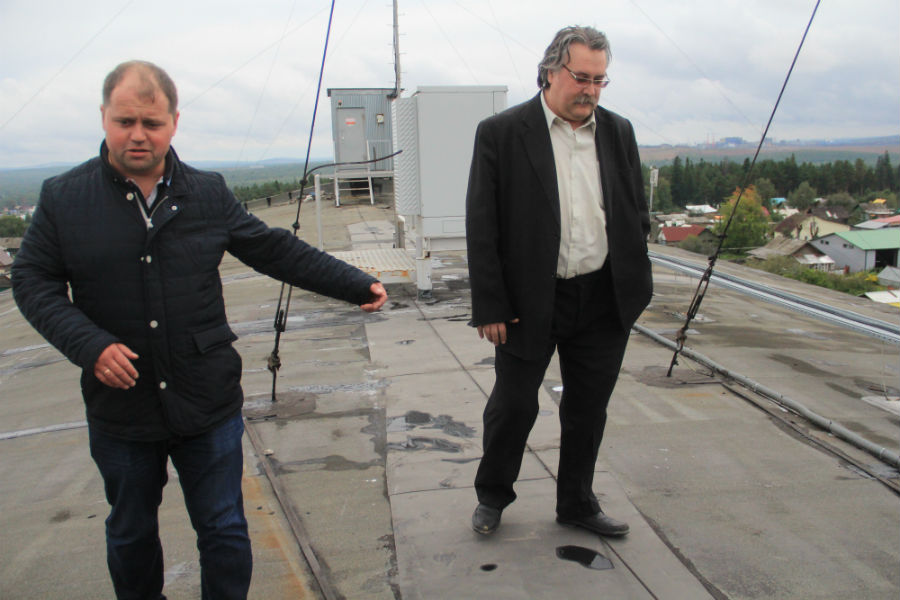 Директор парка Юрий Прохоров и инженер кинотеатра Лев Овсяников на крыше кинотеатра, которую неделю назад отремонтировали Фото Анны Неволиной